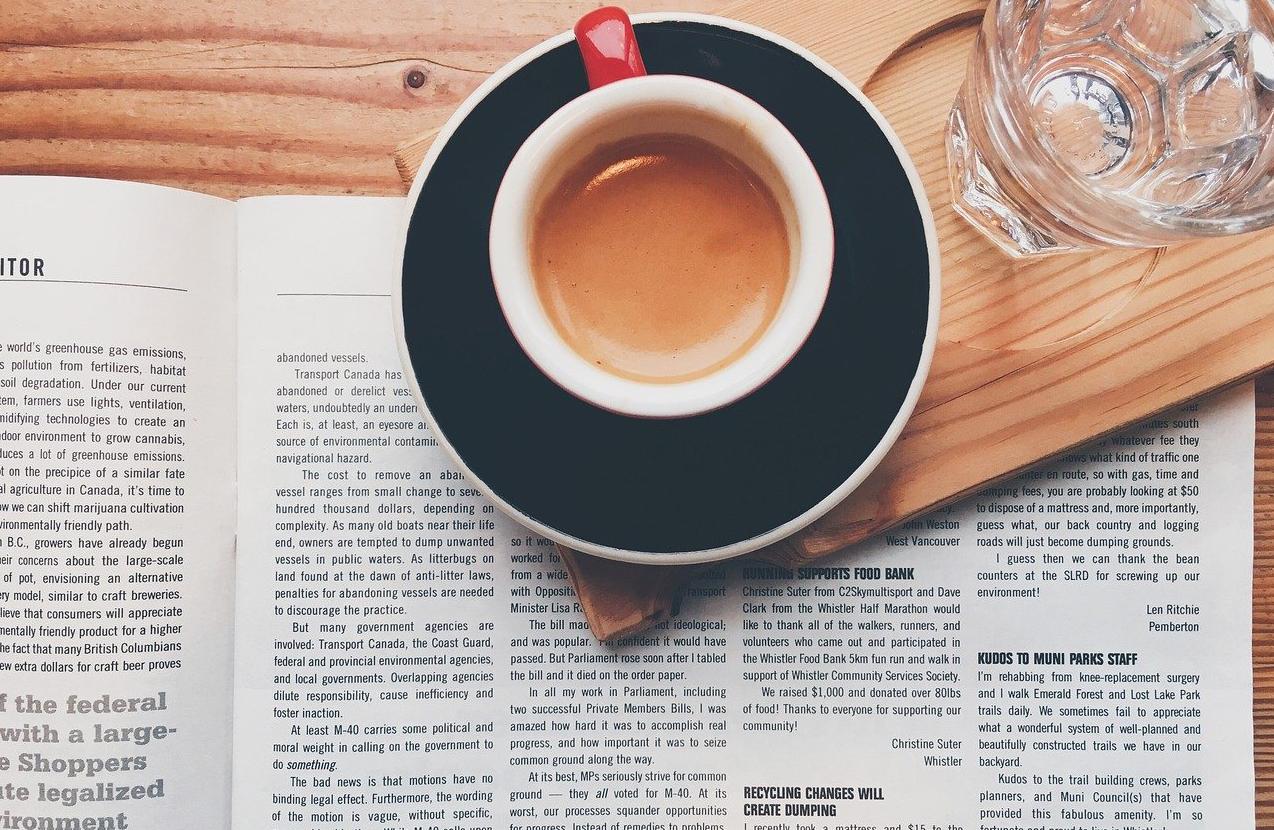 コーヒーカップと書類