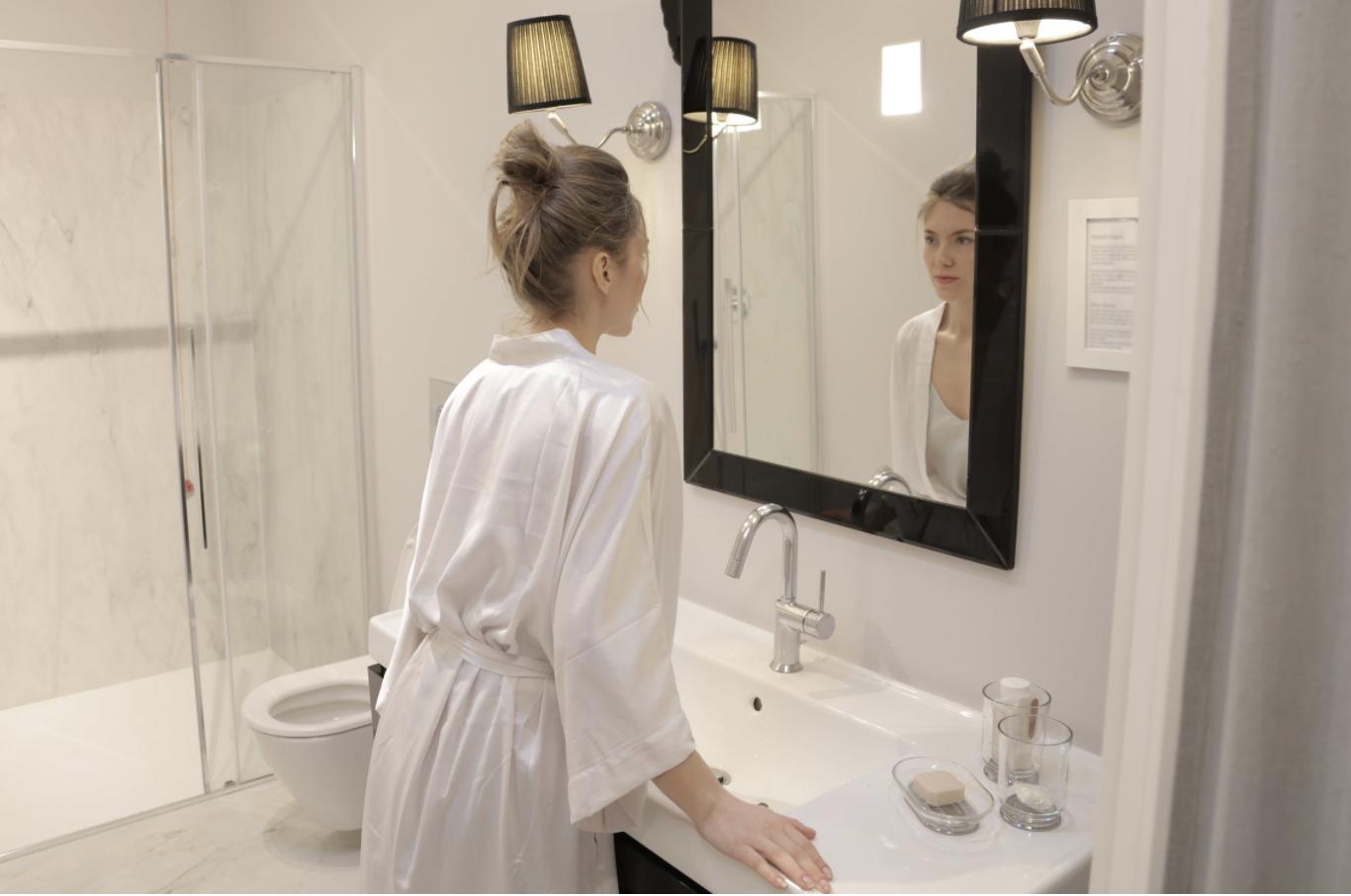 女性が鏡を見ている様子