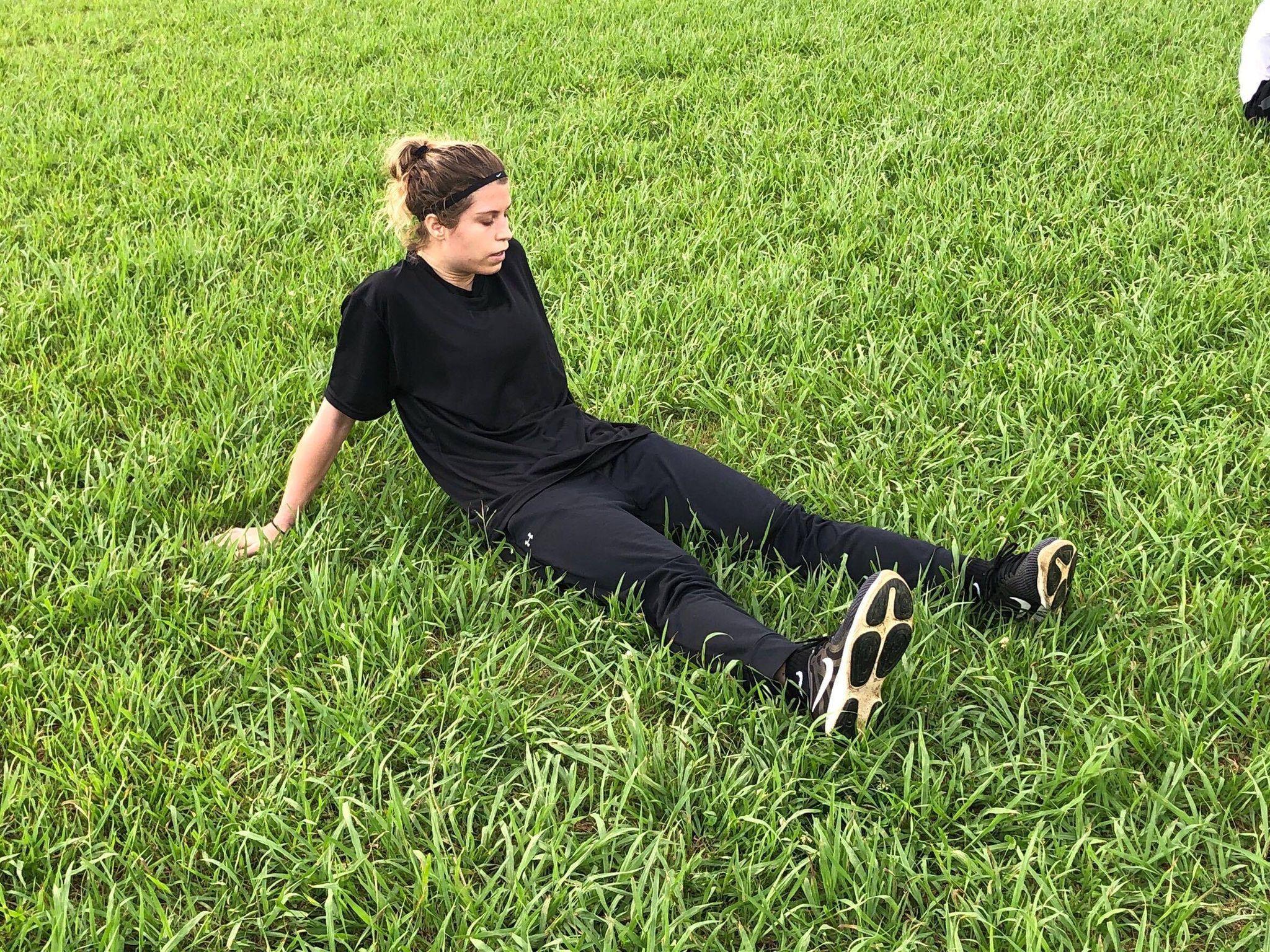 フェデリカさん草むらで座っている