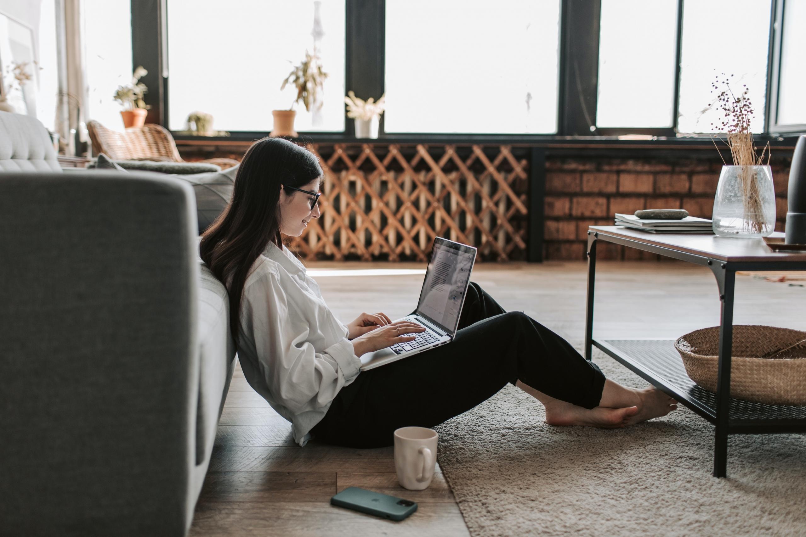 ノートパソコン部屋でする女性