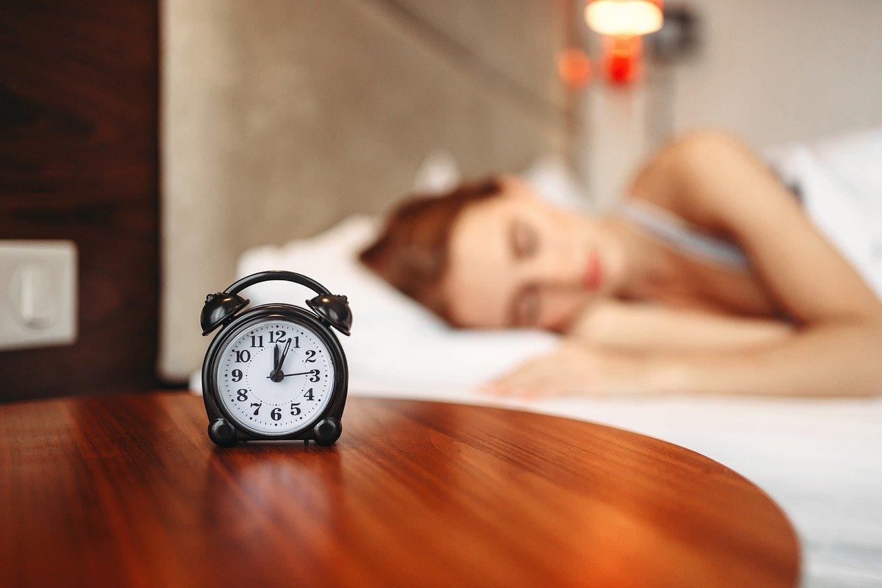アラームをかけて寝る女性