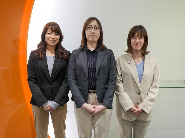 3人の女性が立っている