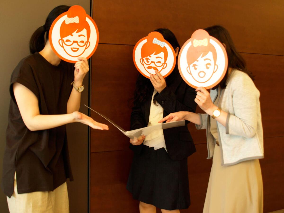 女性3人がノートを見ている